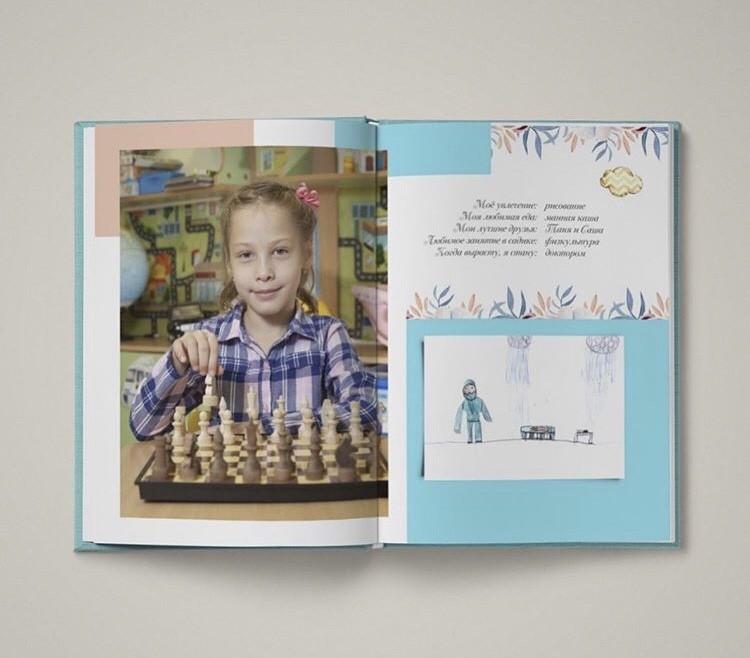 Разворот с портретом и рисунком в выпускной книге серии «Лайт»